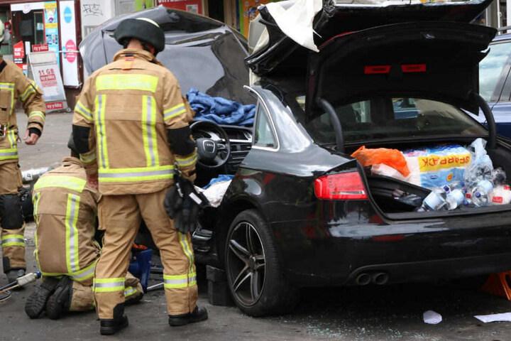 Zwei Personen mussten von der Feuerwehr aus einem Auto geschnitten werden. A