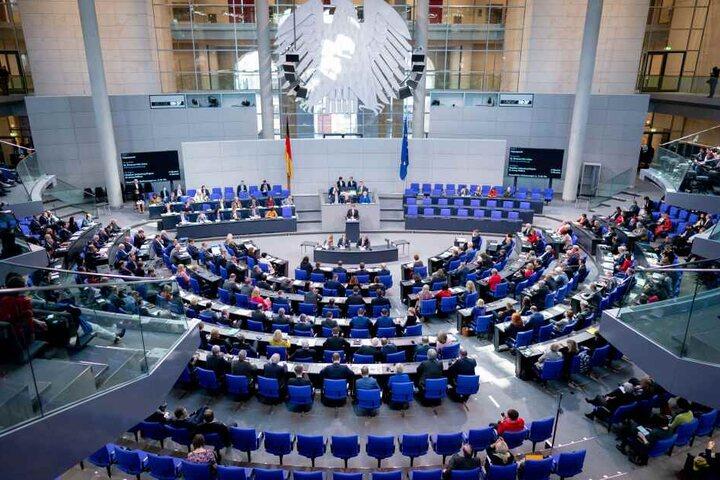 In namentlicher Abstimmung votierten 379 Abgeordnete dagegen, 292 Parlamentarier unterstützten ihn, 3 enthielten sich.