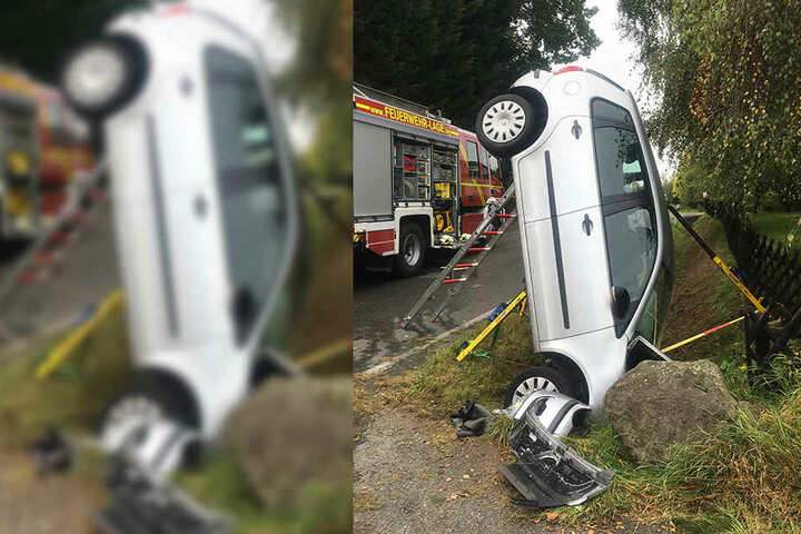 Ein Feuerwehrmann entdeckte das Auto im Straßengraben und leistete Erste Hilfe.