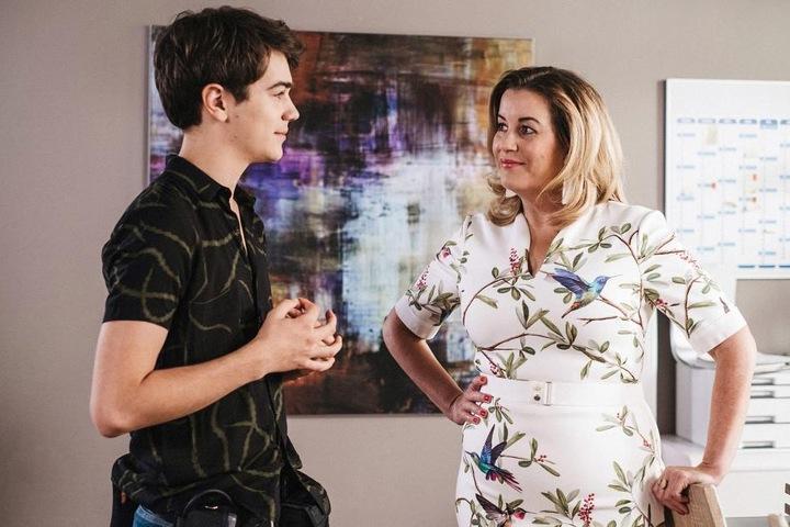 Nils bittet Verwaltungsdirektorin Sarah Marquardt (r.) um Hilfe. Die beiden schmieden einen Plan für eine Überraschung für Lisa.