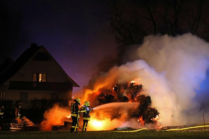 Die Strohballen standen lichterloh in Flammen.