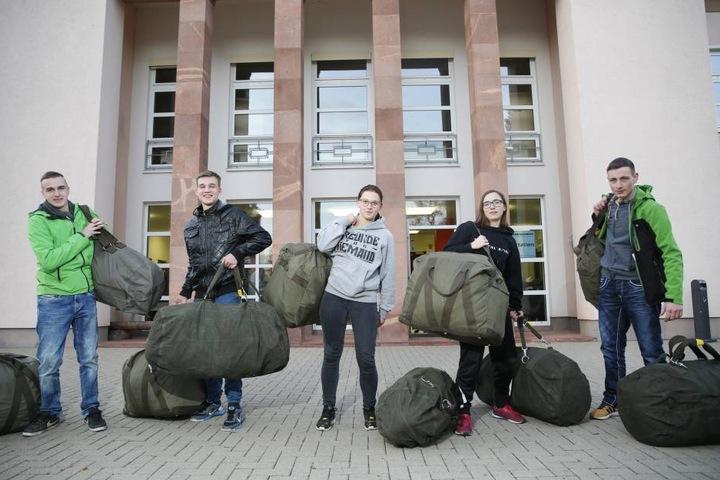 Voll ausgerüstet für die Ausbildung beim Heer: Die frischen Rekruten Leon  Henke (18), Elias Stöber (17), Lisa-Marie Fischer (18), Jennifer Hoffmann (19)  und Clemens Ludwig (20).