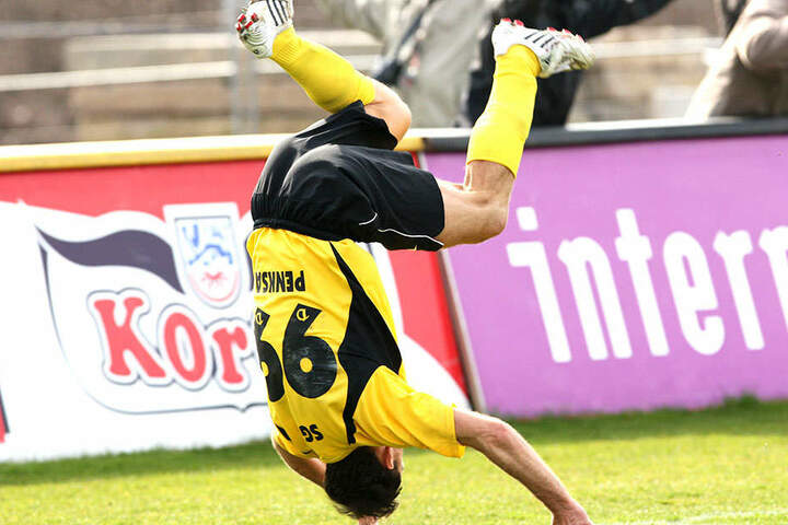 Marek Penksa jubelt über sein Last-Minute-Tor gegen Emden. Die Fans standen damals genau wie der Publikumsliebling Kopf.