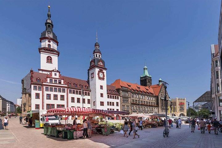 Sommer-Markttag vor dem Rathaus: Etwa 40 Händler haben Lizenzen für den gut gelegenen Standort.