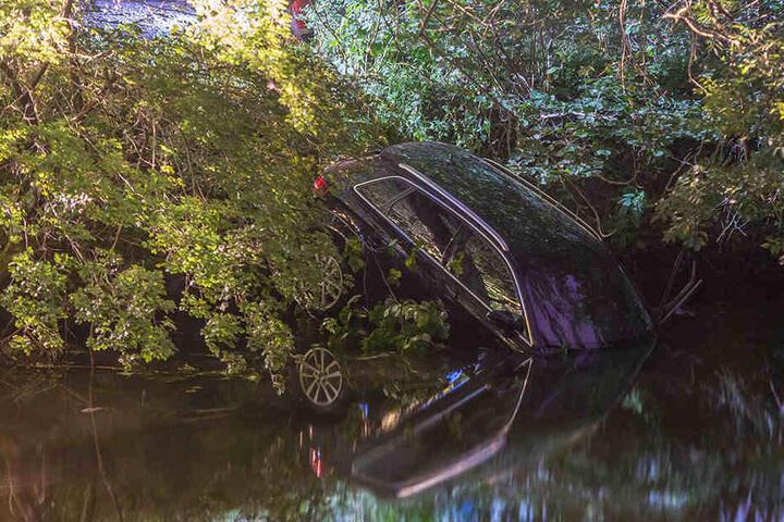 Der Audifahrer verlor die Kontrolle über den Wagen und landete im Fluß.