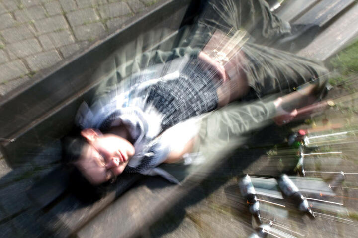 Vor allem junge Männer im Alter von 10 bis 19 Jahren tranken nach Angaben der DAK übermäßig viel Alkohol. (Symbolbild)