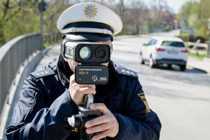 Mit einer Laserpistole kann die Geschwindigkeit der Fahrzeuge ermittelt werden (Symbolbild).