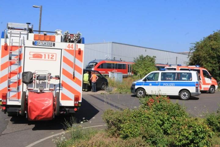 Feuerwehr und Polizei sind am Unfallort.