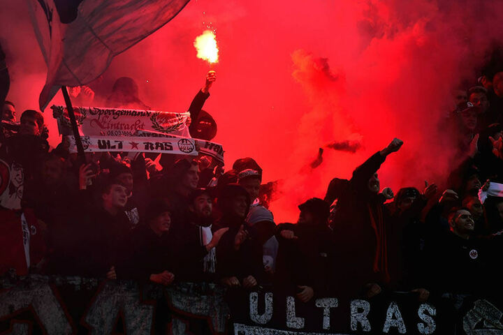 Immer wieder zünden Frankfurter Fans Pyrotechnik - so wie hier gegen den 1. FC Nürnberg.