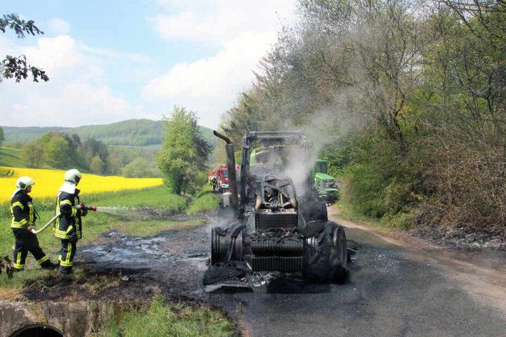 Die Gülle lief aus dem vom Feuer beschädigten Anhänger.