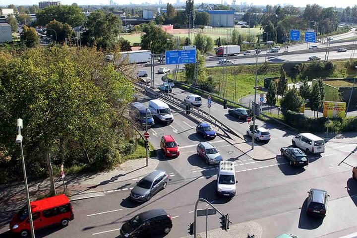 Noch müssen die Autos in einer Kurve auf die Grenzallee fahren. 2022 geht es dann direkt geradeaus weiter zum Treptower Park.