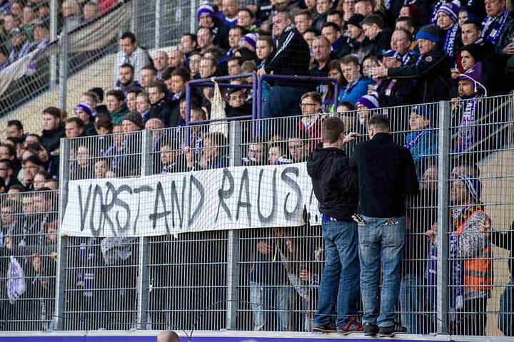 Die Auer Fans haben neben Dotchev auch andere Schuldige für die Misere gefunden - wie dieses Spruchband deutlich zeigt.