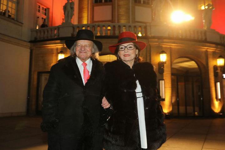 Vom Stargast zum Live-Act: Wegen der Krankmeldung einer Kollegin wurde Nana  Mouskouri (82) zum Star der HOPE-Gala - hier mit Ehemann André  Chapelle auf dem grünen Teppich.