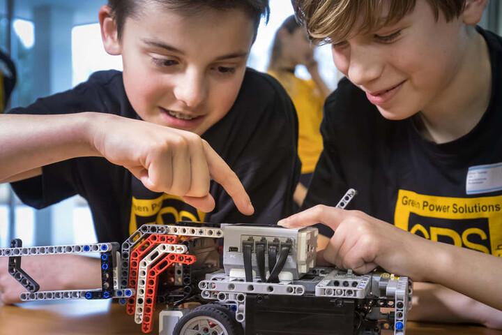 Die Markersbacher Schüler Colin (12, l.) und Simon (11) testen ihr Gefährt. Auf dem Dach sind Steuerknöpfe und ein Display.