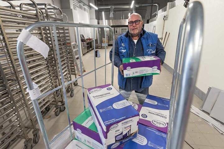 Küchenchef Andreas Kirsch räumt die ersten Zutaten in die zukünftige Küche.