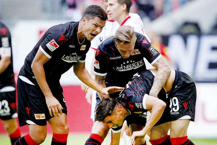 Der Torschütze zum 1:1 für Union Berlin Damir Kreilach (r) jubelt mit Fabian Schönheim (l) und Sebastian Polter.