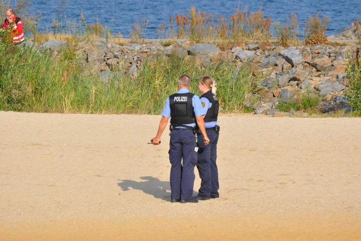 Die Beamten der Polizei sichern den Fundort ab.