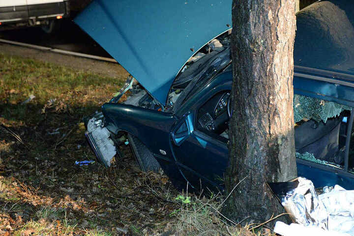 Das Auto krachte mit der Fahrerseite gegen den Baum an der Paderborner Straße.
