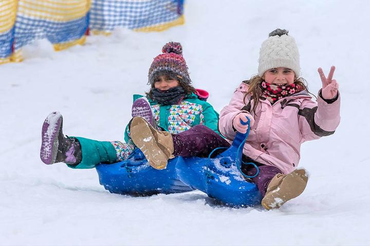 Die Kleinen haben trotzdem Spaß: Rodeln und Eislaufen ist möglich, derzeit steigt in Oberwiesenthal auch eine Fete.