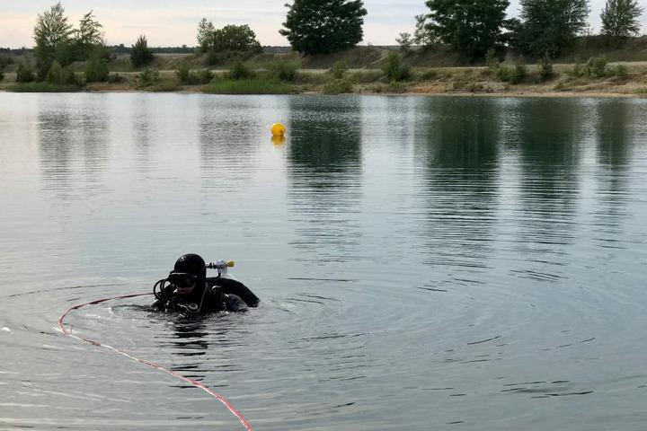 Taucher bargen seine Leiche aus dem Gewässer.