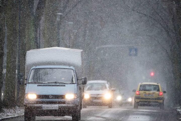 """Dichtes Schneetreiben in Potsdam macht das Fahren schwieriger. Auch in Berlin bringt Sturmtief """"Friederike"""" den Schnee."""