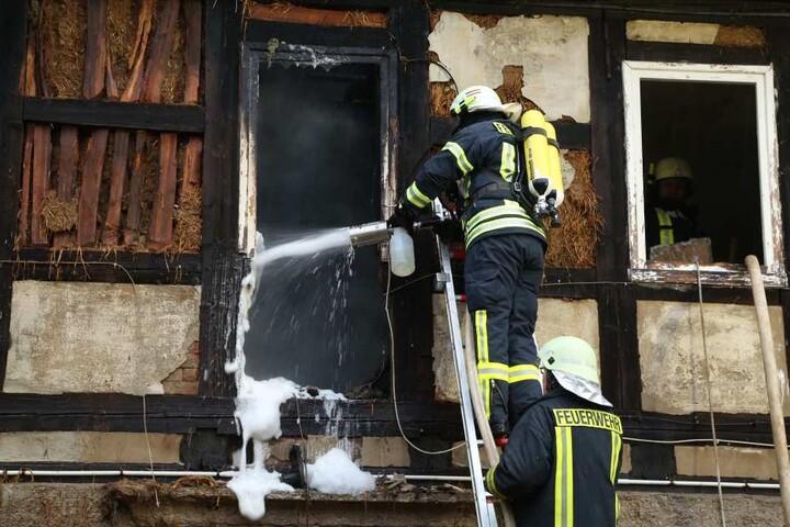 Auf Grund der Bauweise des alten Fachwerkhauses erschweren sich die Löscharbeiten.