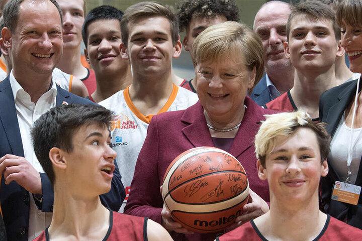 """Zeitgleich und nur wenige hundert Meter entfernt traf sich Bundeskanzlerin Angela Merkel (64, CDU) mit dem """"Niners""""-Nachwuchs."""