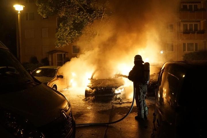 Auf dem Heidekampweg brannte ein Mercedes und zwei daneben stehende Autos wurden stark beschädigt.