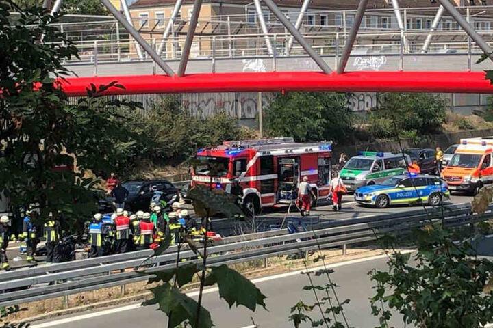 Die Rettungskräfte waren mit einem Großaufgebot am Ort des Unfalls.