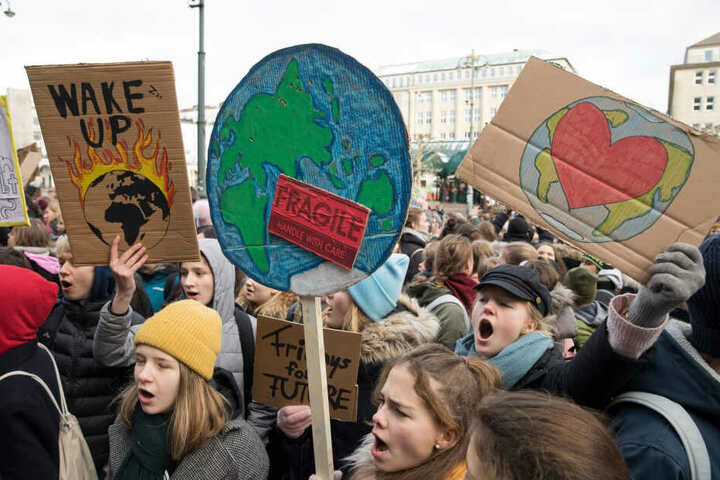 Hamburger Schüler demonstrieren auf dem Rathausmarkt für mehr Klimaschutz.