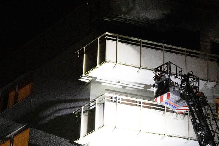 Ein Brand in einer Wohnung hat in Bayern für eine Bewohnerin des Hauses schreckliche Folgen.