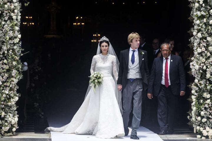 Prinz Christian von Hannover (2.v.l.) und Alessandra de Osma (l) kommen aus der Kirche nach der kirchlichen Trauung in der Basilika San Pedro in Limas Altstadt.