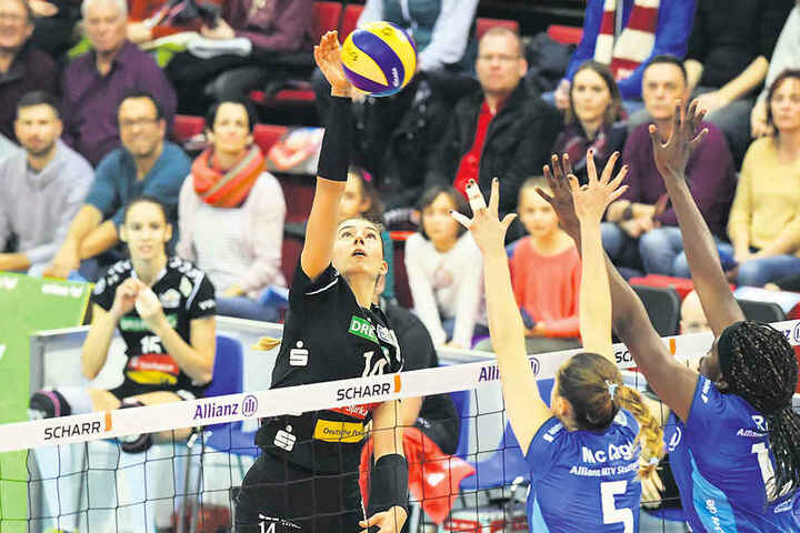 Nikola Radosova (links) greift gegen den Doppelblock der Stuttgarterinnen an. Die Slowakin punktete zwar im Angriff, zeigte aber vor allem im zweiten Satz Schwächen in der Annahme.