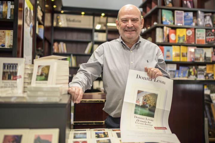 """Berthold Freitag (61), Inhaber der Buchhandlung """"Marx"""", holte die Bestseller-Autorin nach Sachsen."""