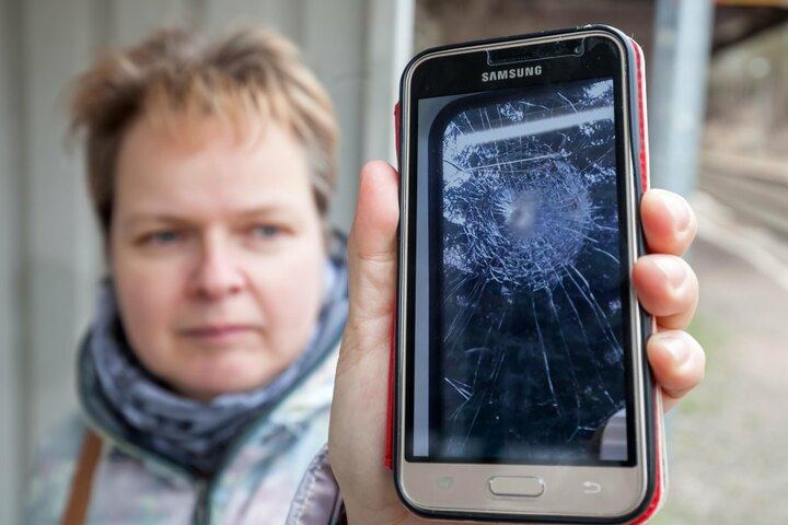 Ivette Kloth fotografierte nach dem Anschlag die gesplitterte  Bahnscheibe.