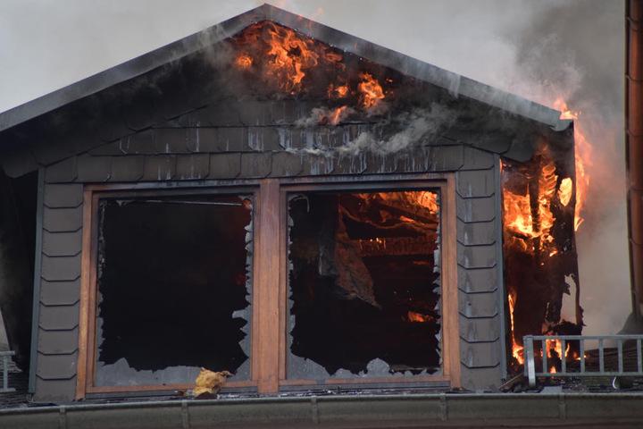 Der Dachstuhl des Wohnhauses ist komplett ausgebrannt.
