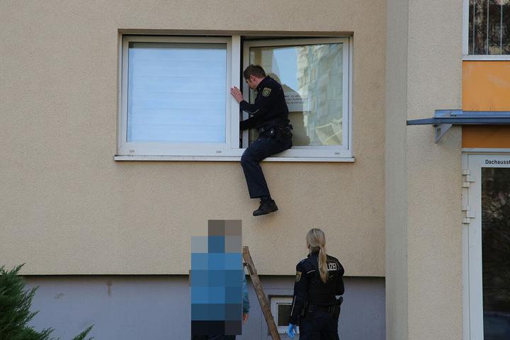 Die Beamten verschafften sich durch das Fenster Zugang zur Wohnung.