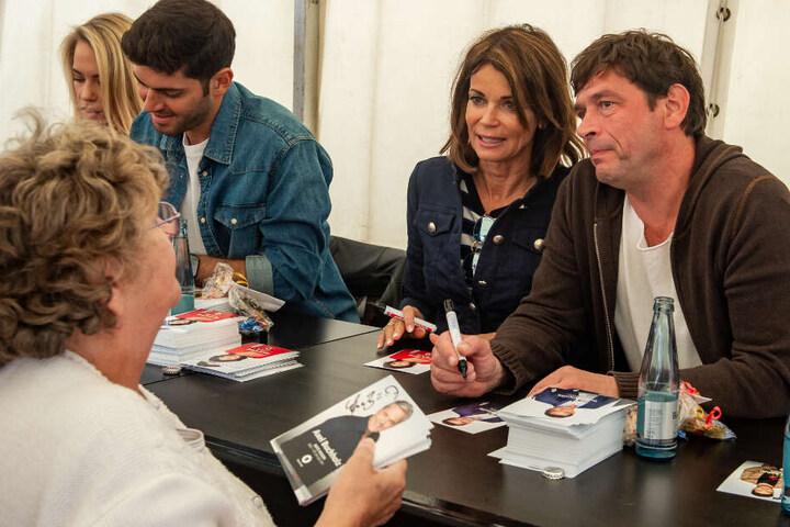 Die Darsteller um Hauptfigur Gerrit Kling (Zweite von rechts) schrieben fleißig Autogramme.