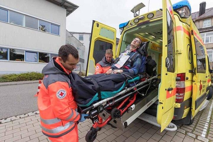 Nach einer angenommenen Gasexplosion wird der Transport von Verletzten in umliegende Krankenhäuser geprobt.