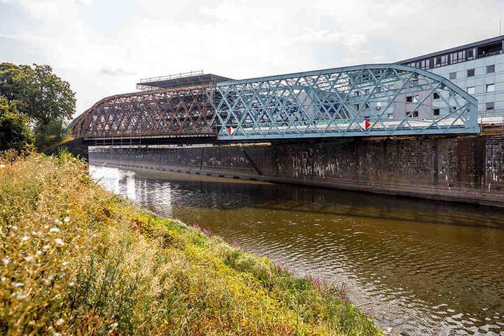 Bauarbeiter nehmen sich jetzt den zweiten Teil der Stahlfachwerkbrücke vor.