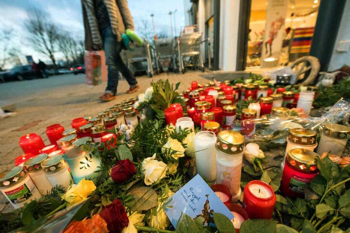Nach der Tat im Dezember 2017: Blumenmeer vor dem dm in Kandel.
