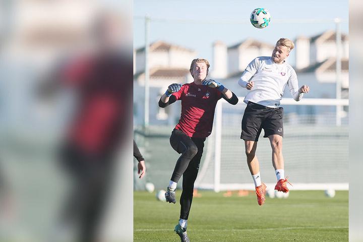 Trainingsspielchen! Pascal Köpke (r.) ist vor Torhüter Robert Jendrusch mit dem Kopf am Ball.