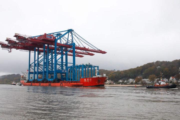Das Transportschiff wurde von einem Schlepper auf der Elbe gezogen.