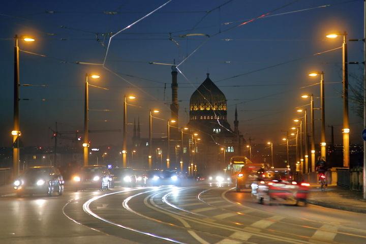Statt jeder zweiten Lampe wie hier auf der Marienbrücke leuchten wieder  zwischen 23 und 6 Uhr alle Laternen.