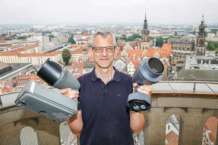 Architekt Thomas Gottschlich (54) mit einem alten Halogen-Strahler (links) und einem modernen LED-Leuchter (rechts).