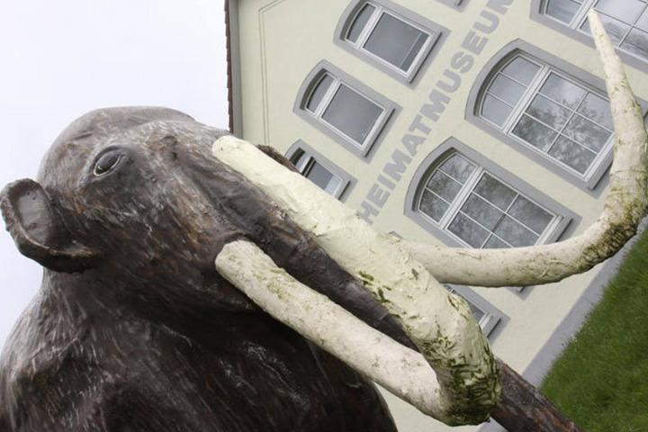 Vor dem Heimatmuseum in Gohfeld steht ein Mammut.