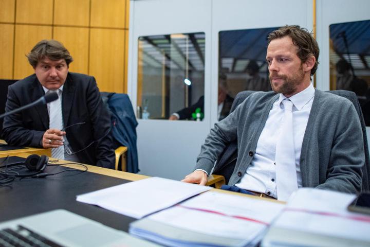 Die beiden Rechtsanwälte des Angeklagten, Andreas Tinkl (r) und Jürgen Föcking (l), warten im Gerichtsaal auf ihren Mandanten.