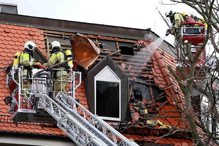 Die Feuerwehr musste das Dach öffnen, um alles zu löschen.