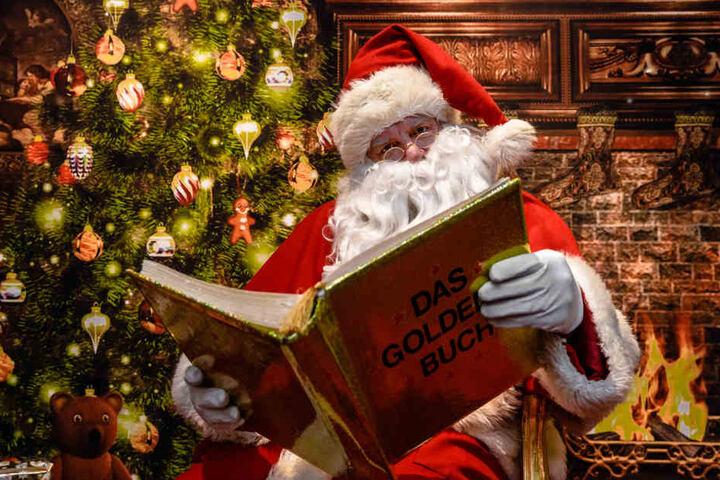 Der Weihnachtsmann liest in seinem Golden Buch: An den Adventswochenende ist er dann in ganz Hamburg unterwegs.