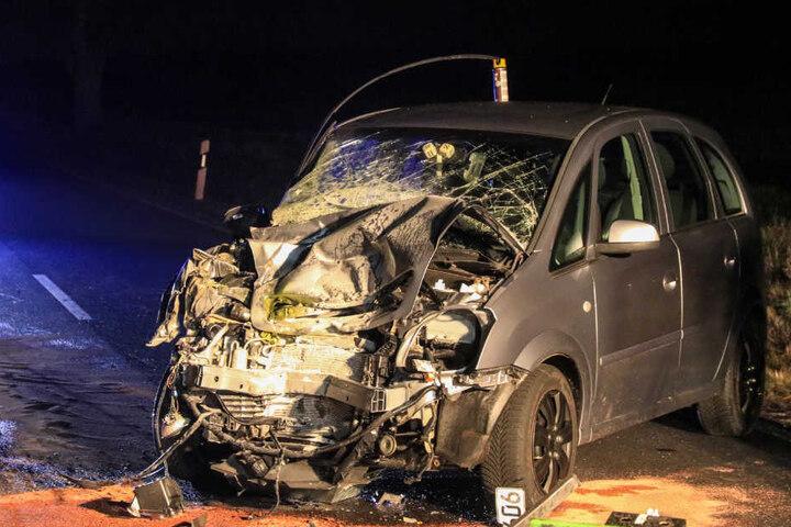 Die Front des Opels wurde komplett zertrümmert.